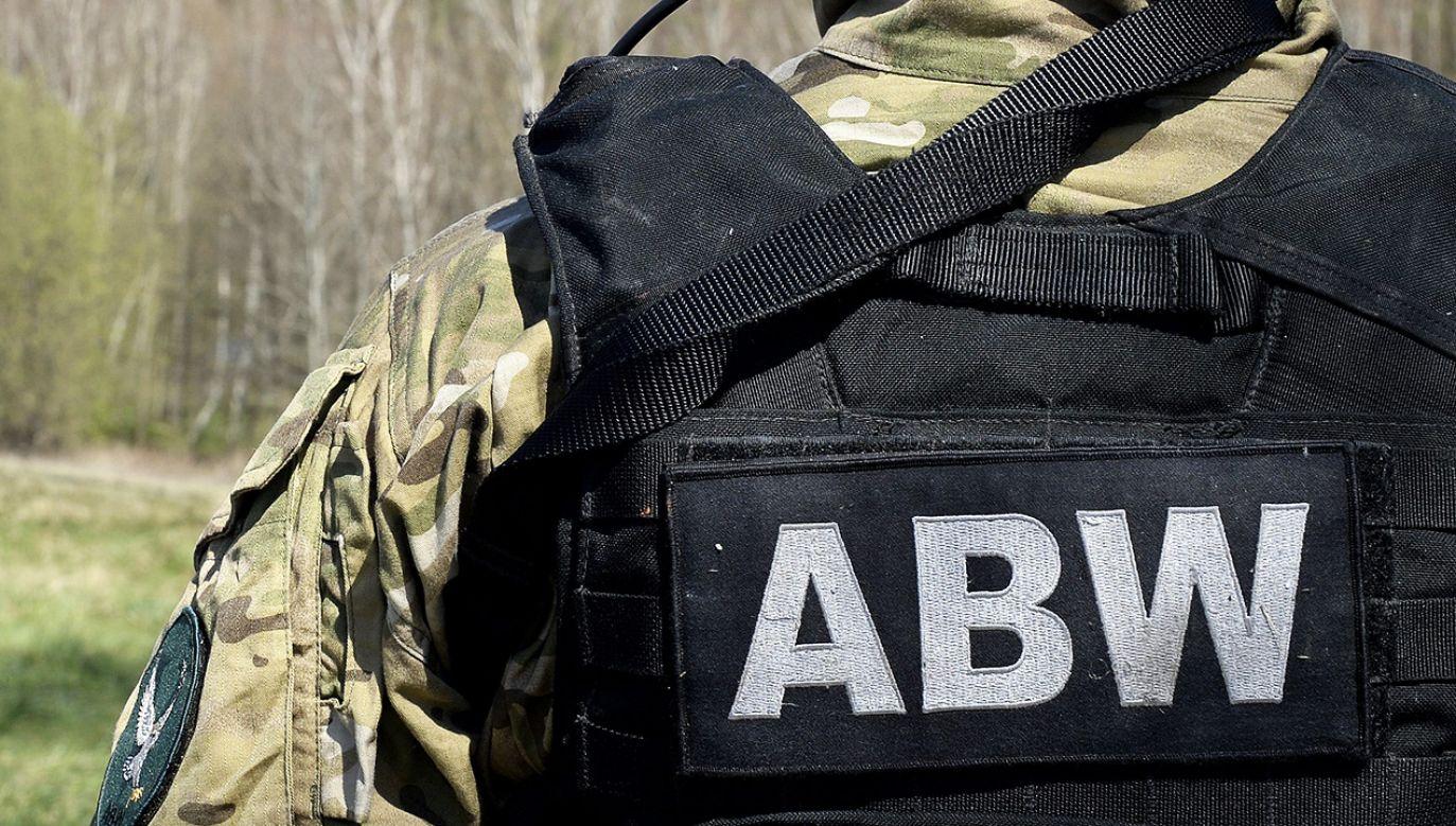 Oficerowie policji, którzy byli obecni na miejscu prowadzonych działań podporządkowali się poleceniom oficerów ABW (fot. arch. PAP/Darek Delmanowicz)