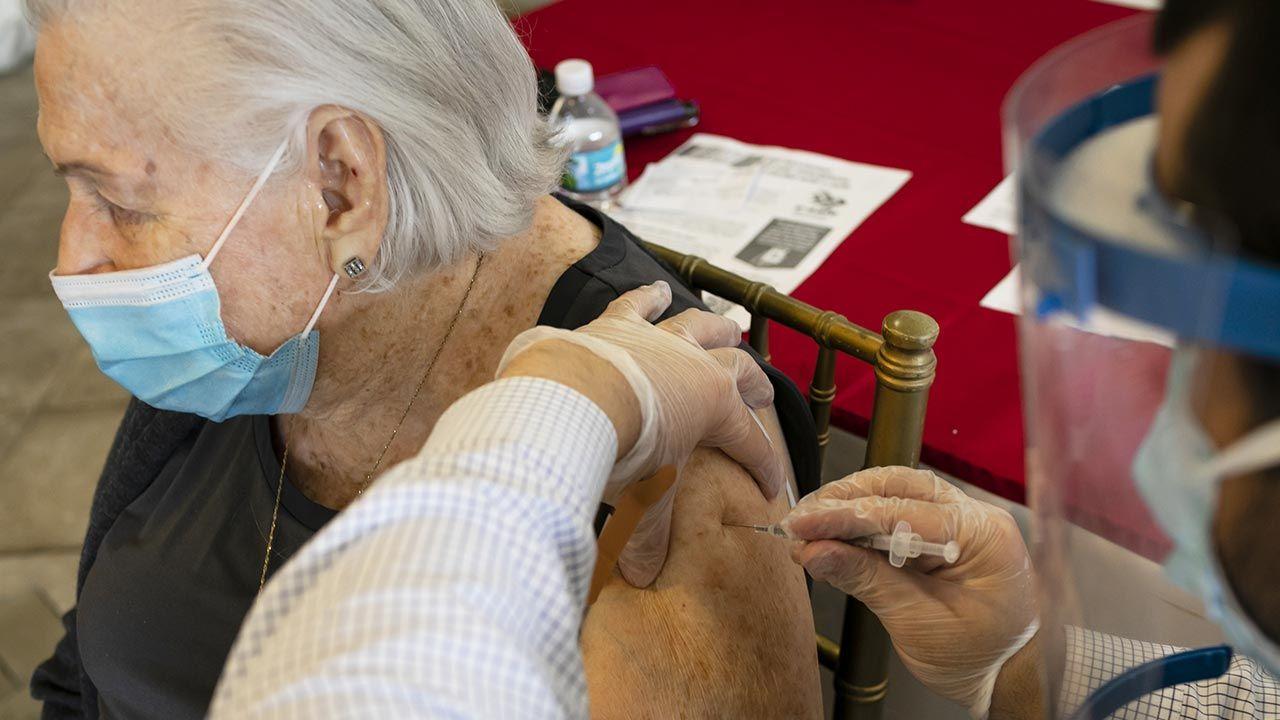 Seniorzy mają do wyboru niemal sześć tysięcy przychodni (fot. Eva Marie Uzcategui Trinkl/Anadolu Agency via Getty Images)