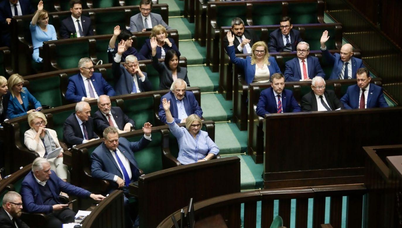 Część posłów zagłosowała przeciwko nowelizacji ustawy o ochronie zwierząt (fot. PAP/Wojciech Olkuśnik)