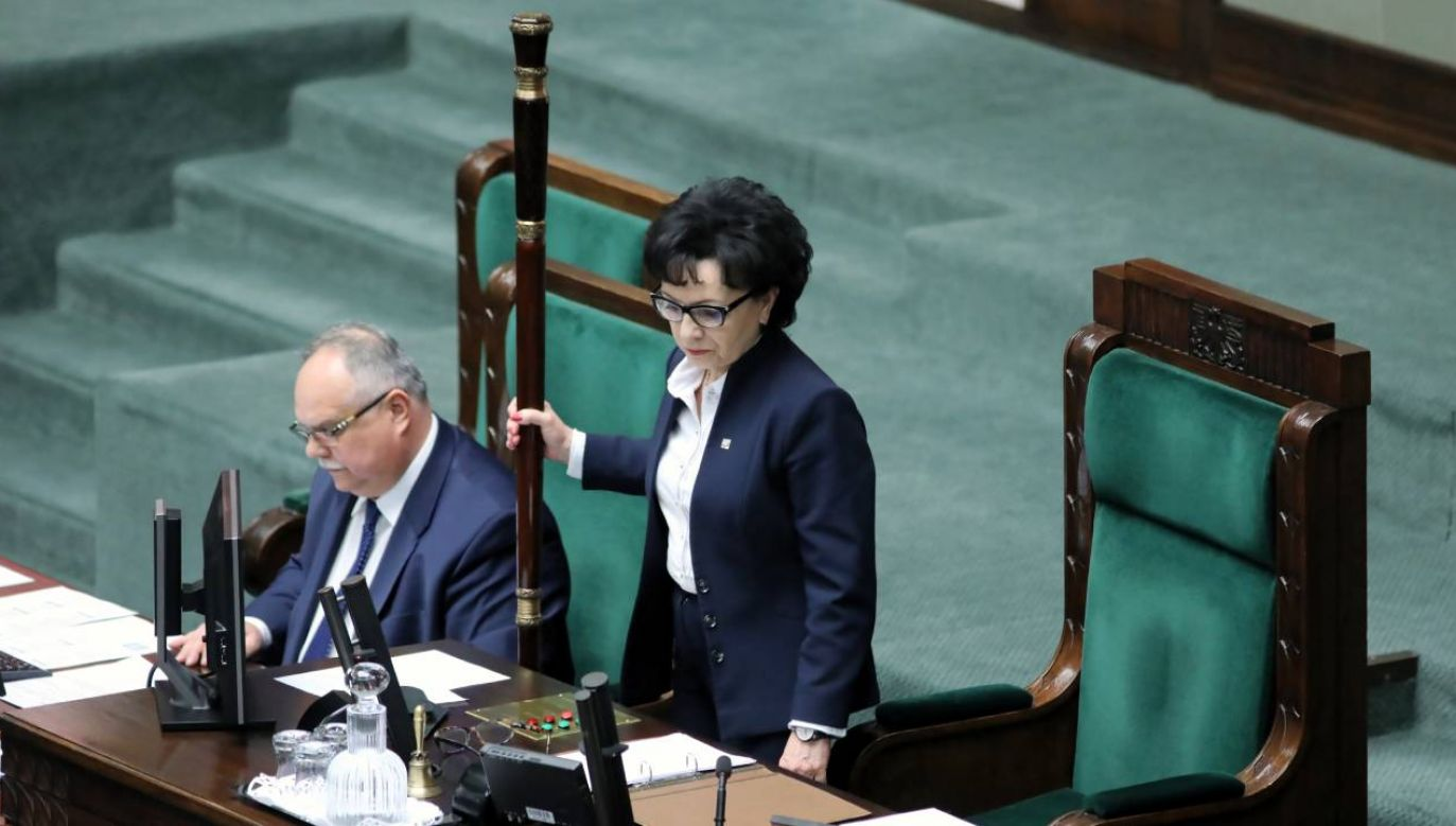 Marszałek Sejmu Elżbieta Witek (C) oraz poseł PiS Leonard Krasulski (L) na sali posiedzeń w Sejmie (fot. PAP/Leszek Szymański)