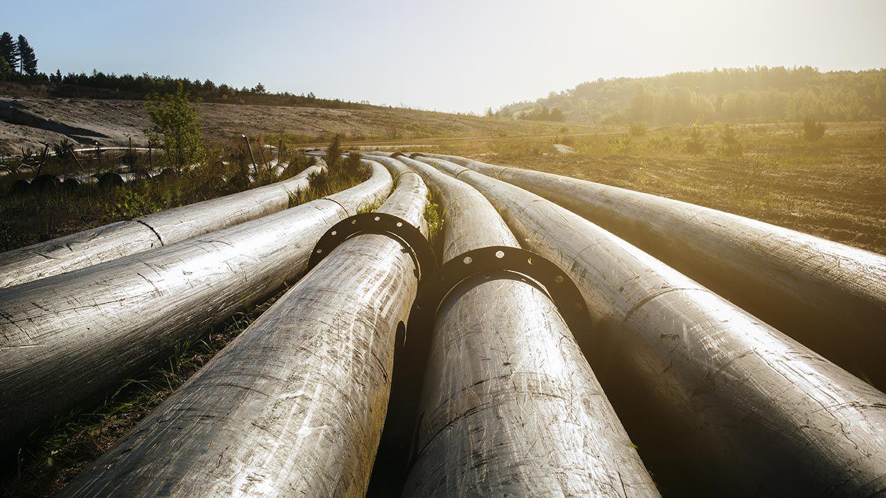 Rurociągami płynie benzyna, olej napędowy, paliwo lotnicze i inne produkty rafinacji (fot. Shutterstock/nokturn, zdjęcie ilustracyjne)