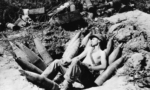 1950 rok, amerykański żołnierz w  śpi okopach. Fot. Keystone/Getty Images