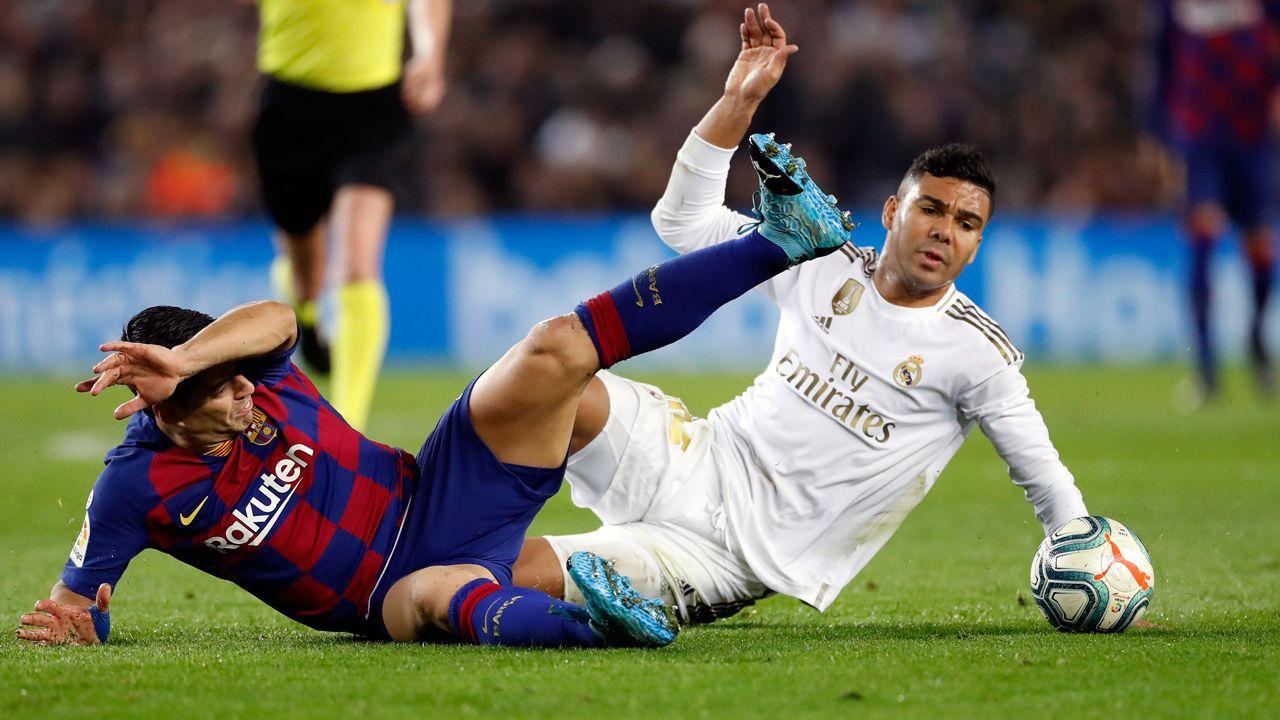 Po 17 kolejkach w tabeli wciąż prowadzi Barcelona (fot. PAP/EPA/ALBERTO ESTEVEZ)