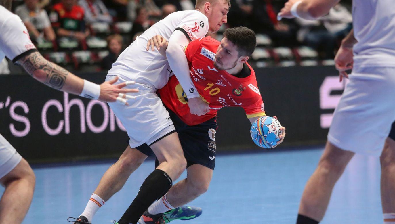 Hiszpański rozgrywający Alex Dujshebaev (z piłką) w akcji (fot. PAP / EPA)