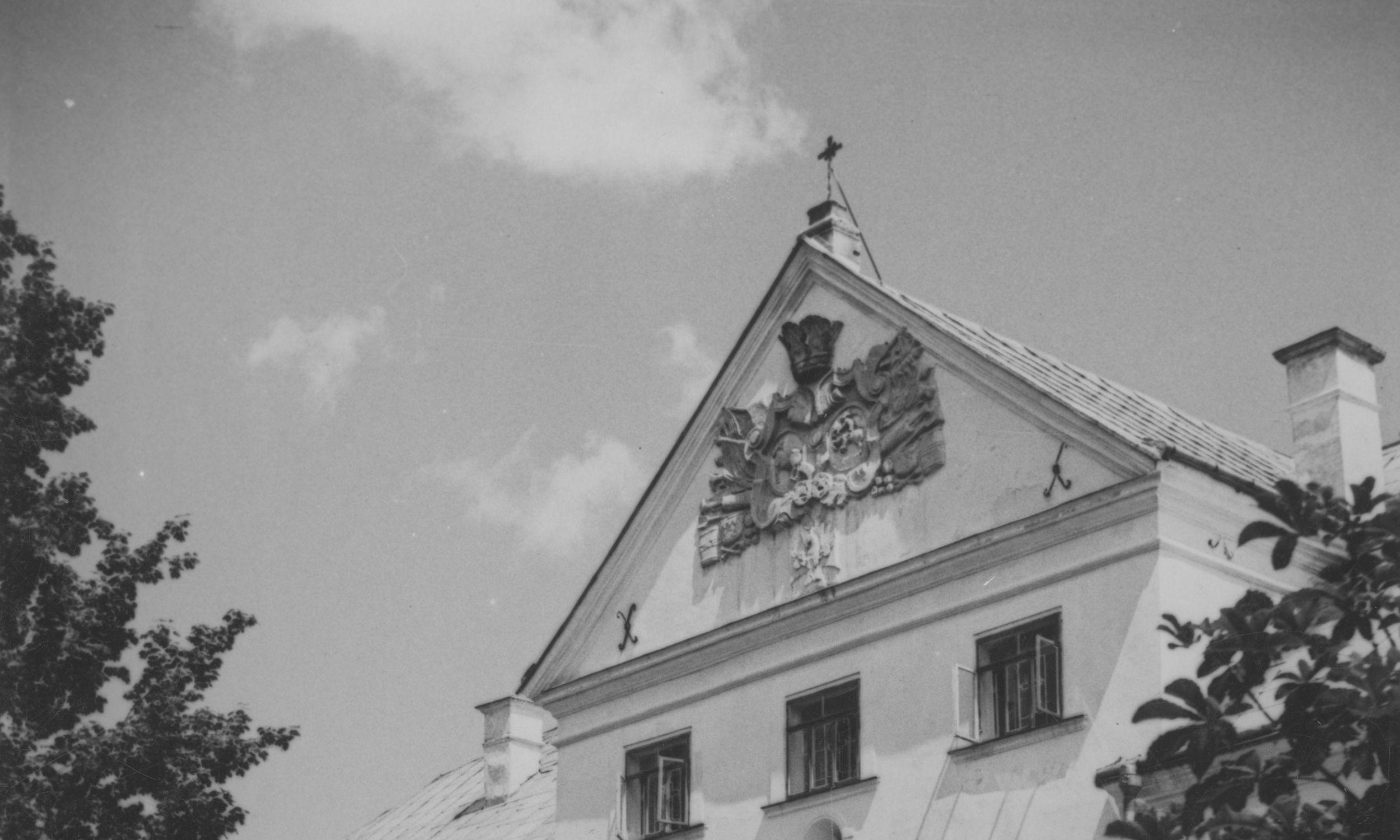Klasztor założyła Matka Marcelina Darowska w 1863 roku. Fasada klasztoru sióstr niepokalanek. Widok od strony parku. Fot. NAC/IKC