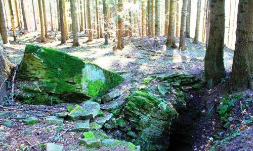 """Jaskinia """"zbójeckie groty"""", lokalna ciekawostka o 21 m długości. Legenda podaje, że w tym miejscu zbóje ukrywali skarby. Powyżej wejścia do groty znajduje się prehistoryczny kamień ofiarny. Fot. Janusz Kieblesz"""