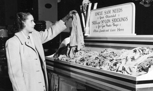 W czasie wojny trzeba znów rozstać się z pończochami. Potrzebuje ich wojsko na worki na proch. Fot. National Archives via Smith Collection / Gado / Getty Images