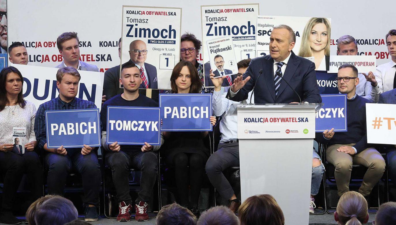 Głosujcie na demokrację – wezwał szef PO Grzegorz Schetyna na finalnej konwencji wyborczej Koalicji Obywatelskiej w piątek w Łodzi (fot. PAP/Roman Zawistowski)