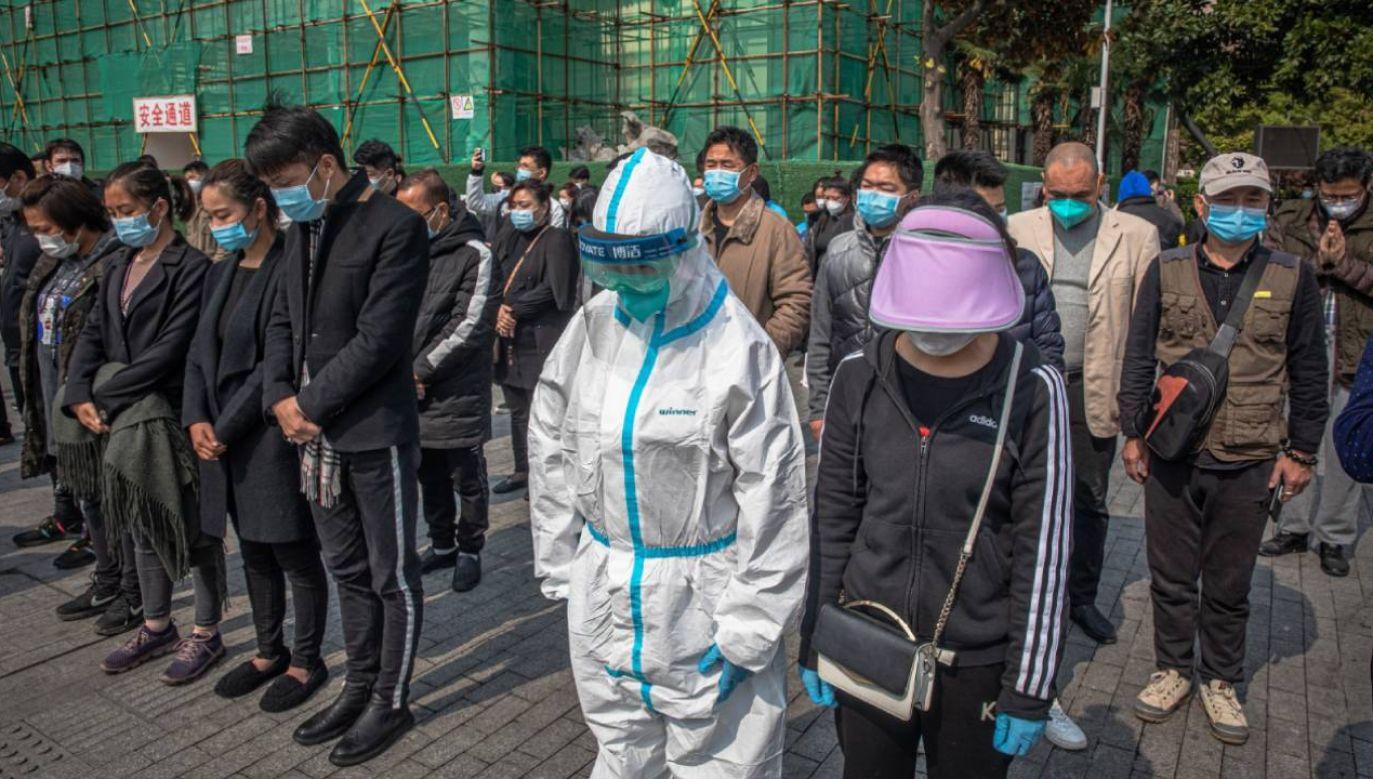 Sobotę ogłoszono w Chinach dniem żałoby narodowej; koronawirus wg oficjalnych danych zabił tam ponad 3,3 tys. osób (fot. PAP/EPA/ROMAN PILIPEY)