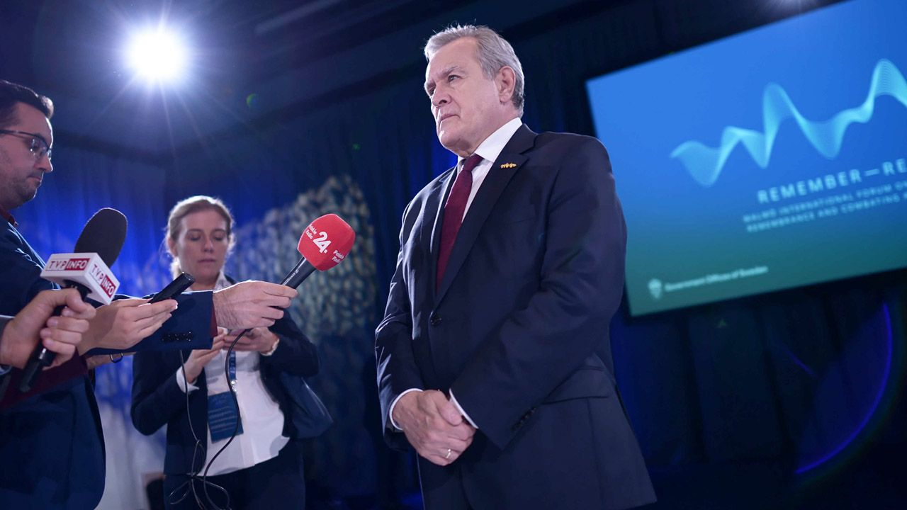 Wicepremier, minister kultury, dziedzictwa narodowego i sportu Piotr Gliński (P) podczas wypowiedzi dla mediów w trakcie Międzynarodowego Forum Pamięci o Holokauście i Zwalczania Antysemityzmu w Malmo (fot. PAP/M.Obara)