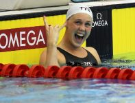Dunka Jeanette Ottesen cieszy się ze zwycięstwa w finale na 50 m stylem motylkowym (fot. PAP)