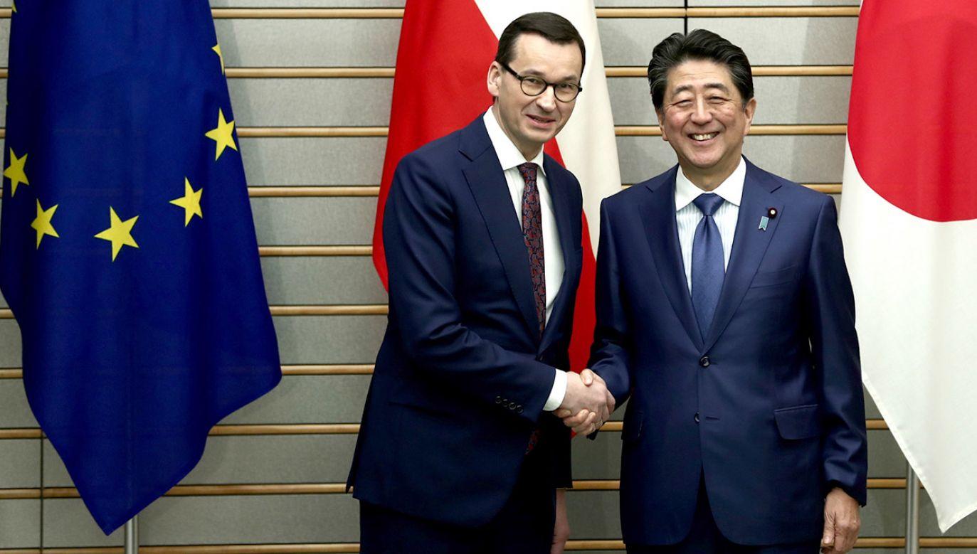 Premier Mateusz Morawiecki jest bardzo zadowolony z rozmów z szefem rządu Japonii, Shinzo Abe (fot. PAP/EPA/BEHROUZ MEHRI)
