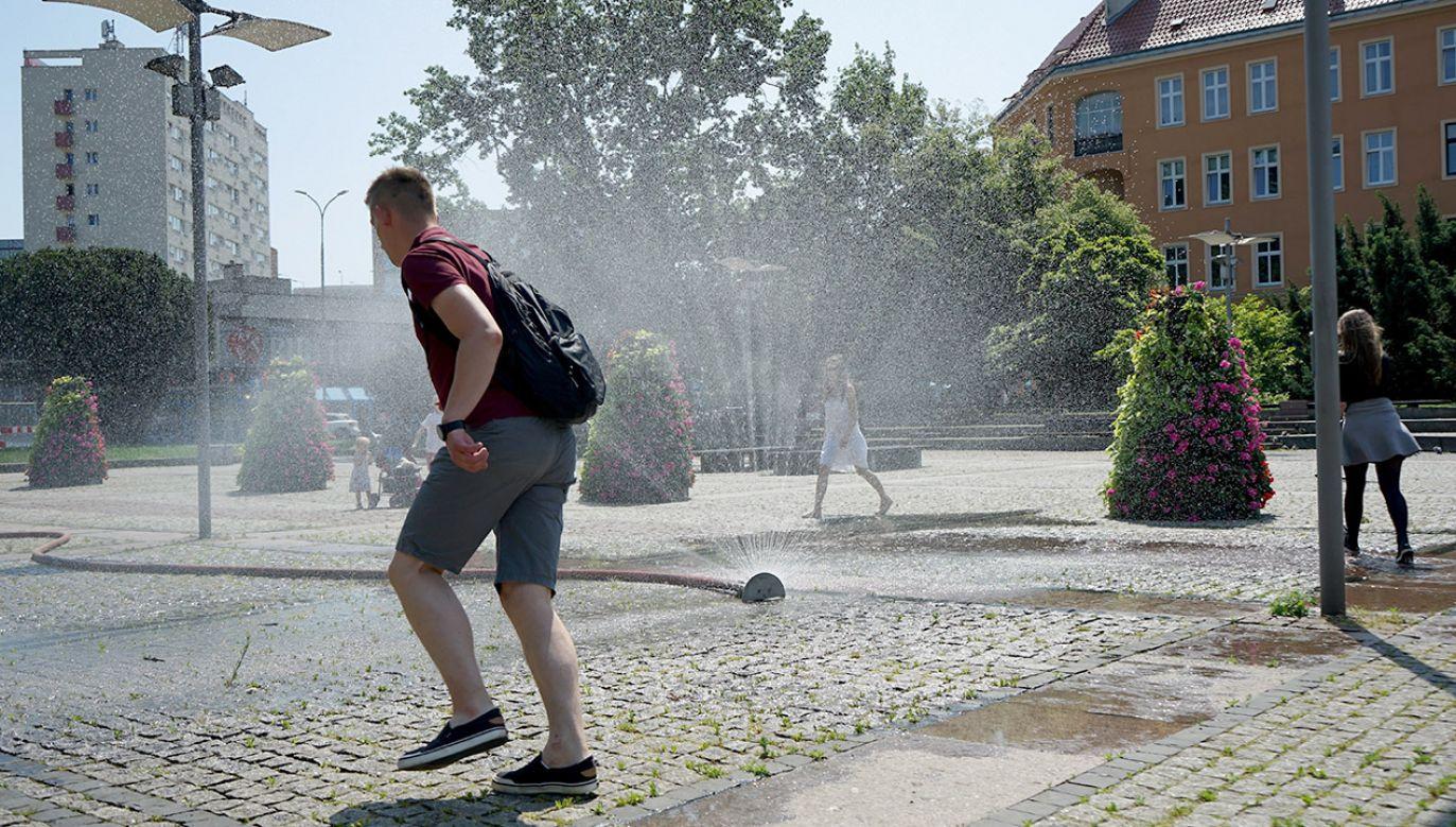 RCB zaleca, by ograniczyć przebywanie na słońcu i pić dużo wody  (fot. PAP/Marcin Bielecki)