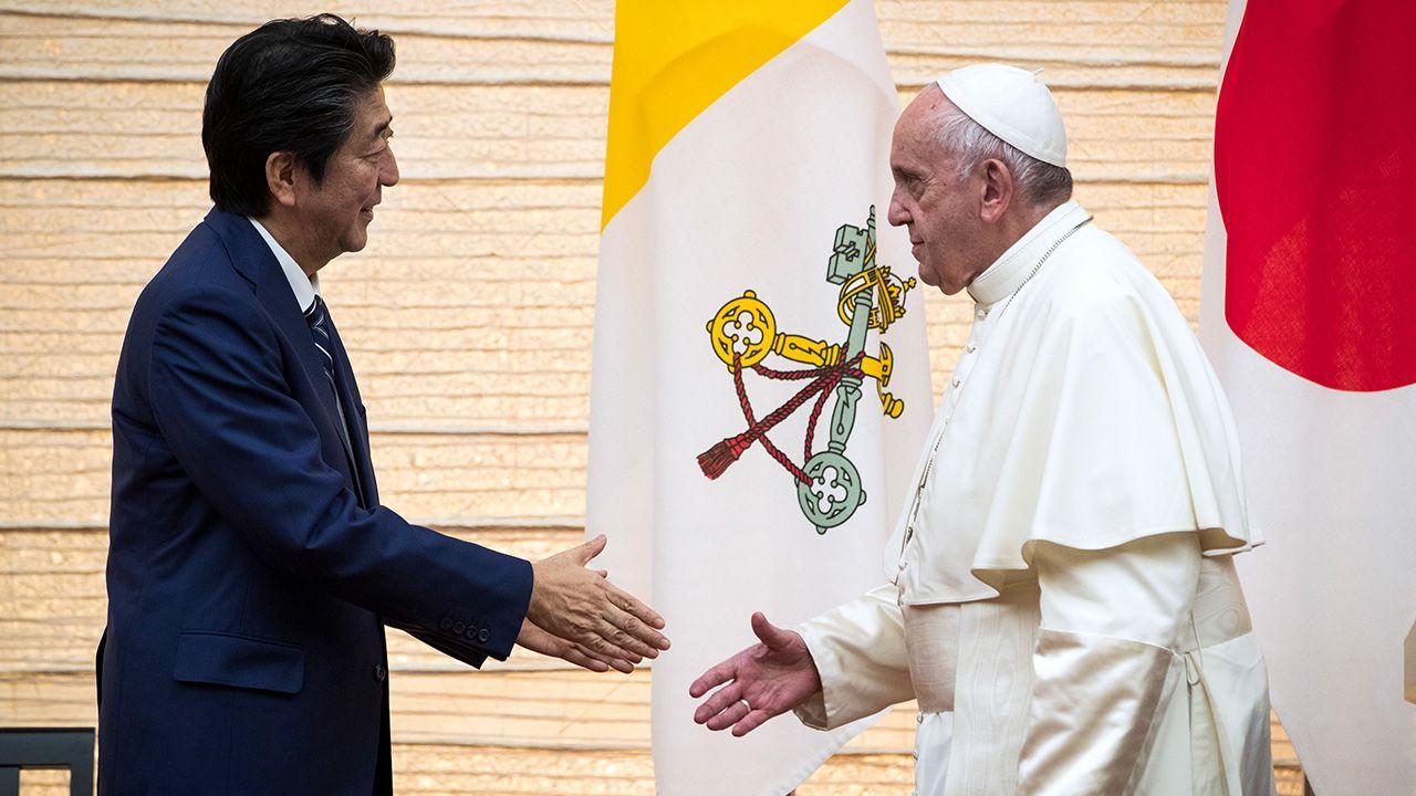 Papież Franciszek i premier Japonii Shinzō Abe odbyli prywatne spotkanie (fot. PAP/EPA/BEHROUZ MEHRI / POOL)