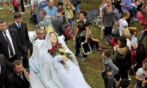 Kalwaria Pacławska. Figura Matki Bożej Zaśniętej przenoszona jest zsymbolicznego grobu do kaplicy Domku Matki Bożej.