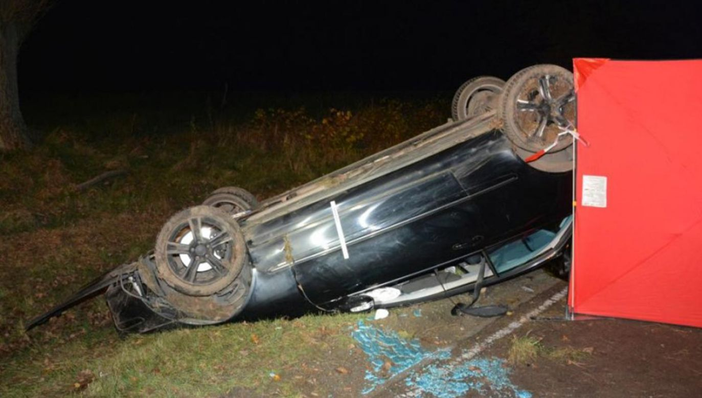 18-letni kierowca na zakręcie stracił panowanie nad autem (fot. Policja)