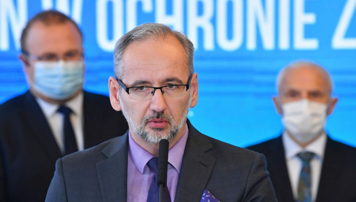 Minister zdrowia dr Adam Niedzielski (C) podczas konferencji prasowej w MZ w Warszawie (fot. PAP/Radek Pietruszka)