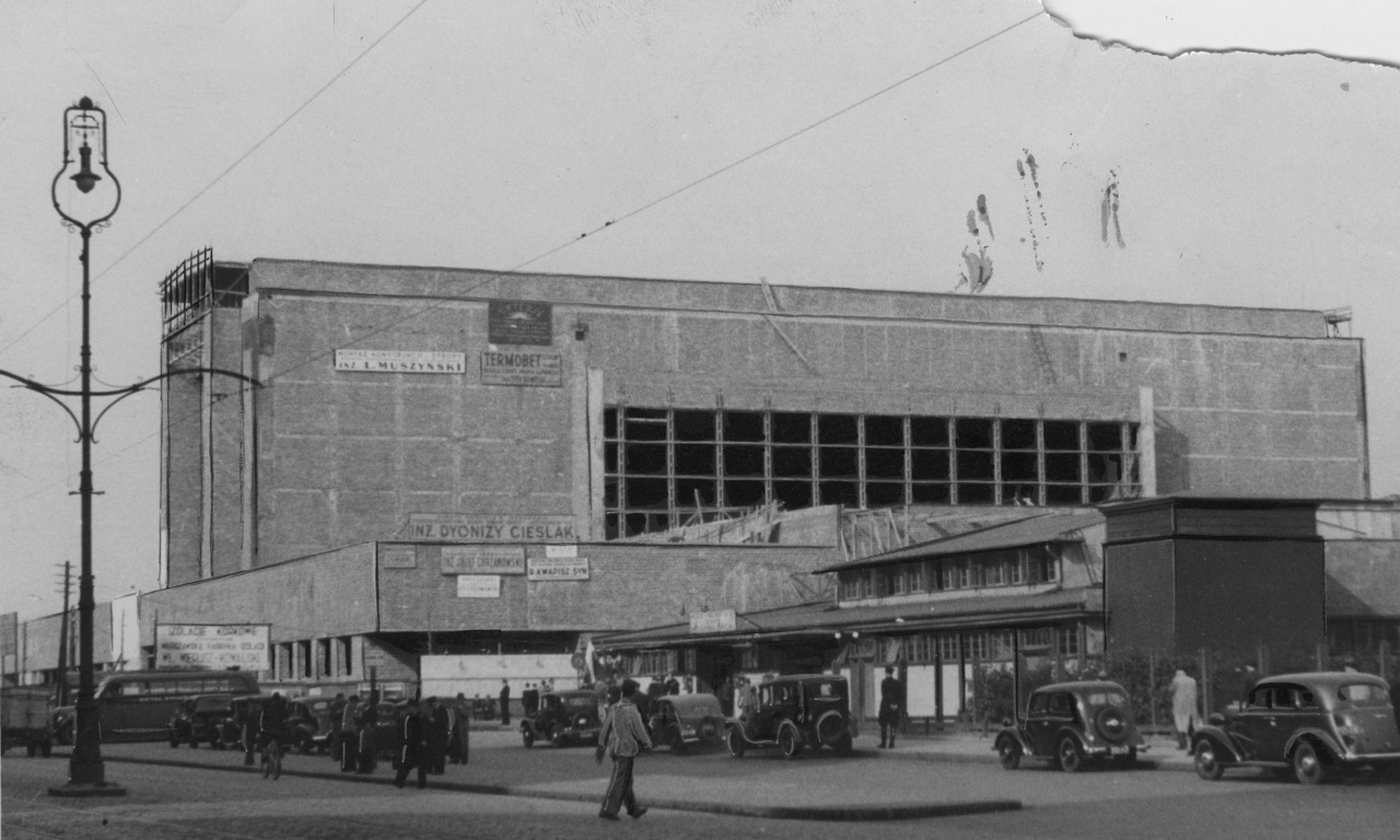 Budowa Dworca Głównego w WarszawieWygląd zewnętrzny budynku dworca od strony ulicy. 1938 rok. Fot. NAC/IKC, Józef Fischer, sygn. 1-G-3752-3