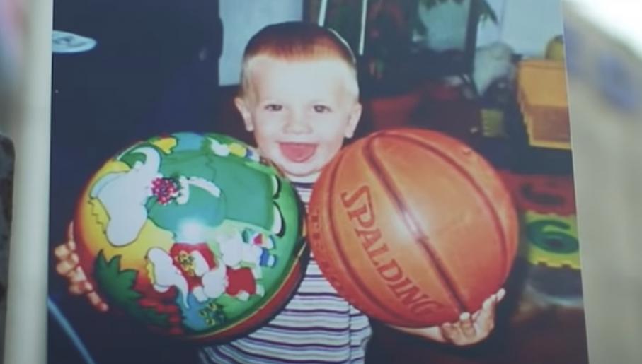 Mały Luka bawił siępiłką do koszykówki odkąd zaczął chodzić (fot. youtube.com)