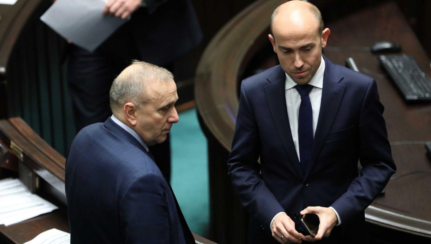 Poseł KO-PO Borys Budka (P) oraz lider PO Grzegorz Schetyna (L) na sali obrad (fot. PAP/Wojciech Olkuśnik)