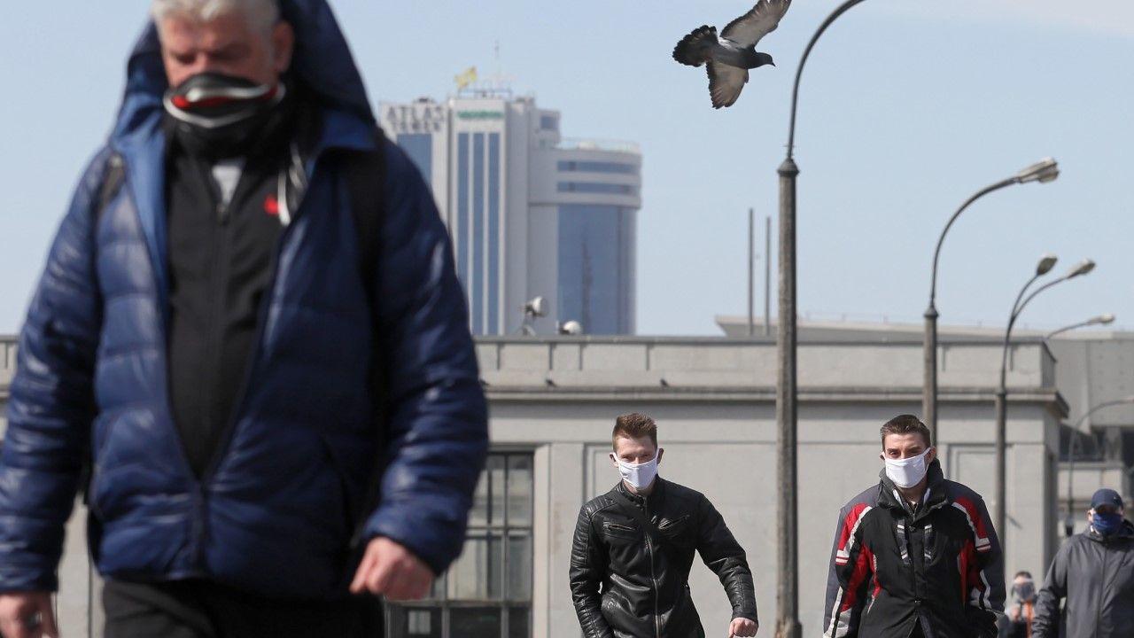 W związku z epidemią koronawirusa od 16 kwietnia do odwołania, w Polsce nałożony został obowiązek zakrywania ust i nosa w miejscach publicznych(fot. PAP/Paweł Supernak)
