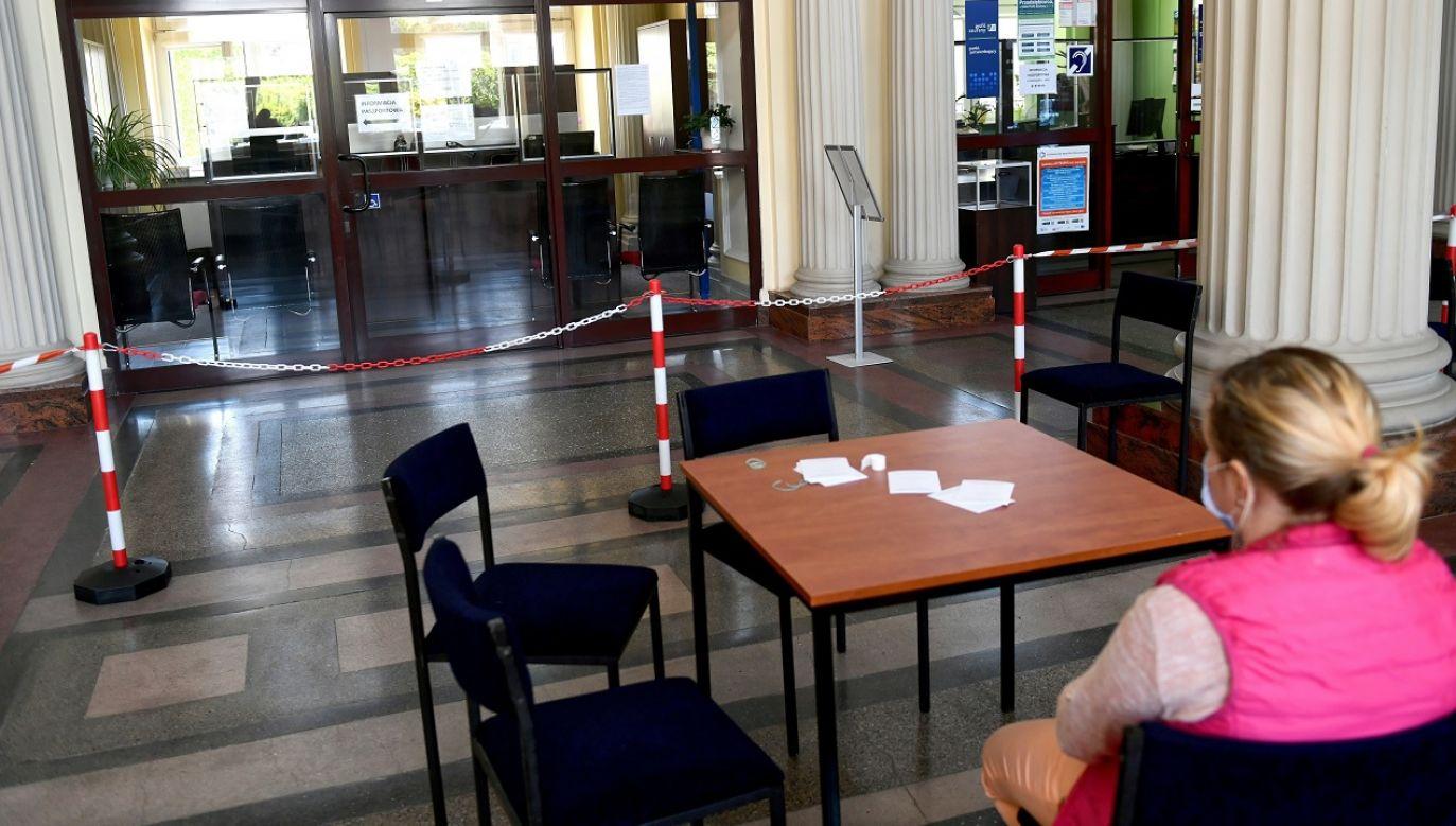 Liczba osób przebywających w jednym pomieszczeniu będzie uzależniona od liczby stanowisk obsługi (fot. PAP/Darek Delmanowicz)