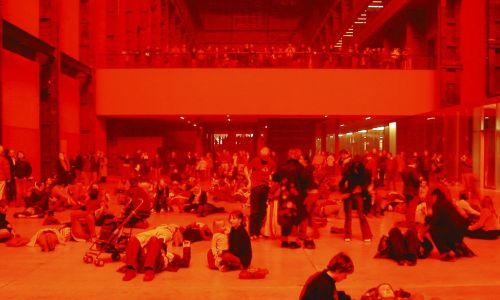 Ludzie odwiedzający Tate Modern widzieli się wzajemnie, lecz nieostro. Kontury i barwy rozmazywały się we mgle. Fot. In Pictures Ltd./Corbis via Getty Images