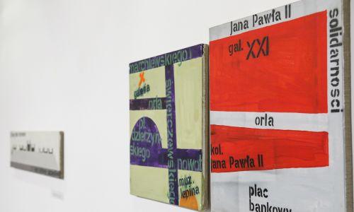 Paweł Susid maluje coś, co wydaje się abstrakcją – ponadczasowe, wieloznaczne piktogramy. Fot. MCSW Elektrownia