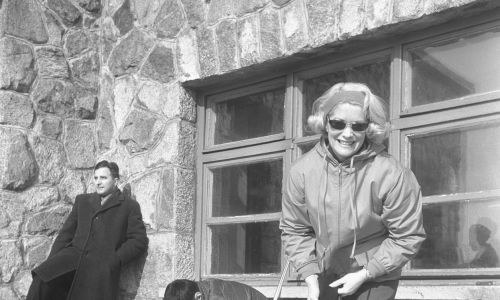 Zakopane 12.03.1964. Aktorka Alina Janowska z mężem architektem, szermierzem Wojciechem Zabłockim przed budynkiem Stacji Meteorologicznej na Kasprowym Wierchu, podczas wypoczynku na nartach w Tatrach Zachodnich. Fot. PAP/Stanisław Czarnogórski