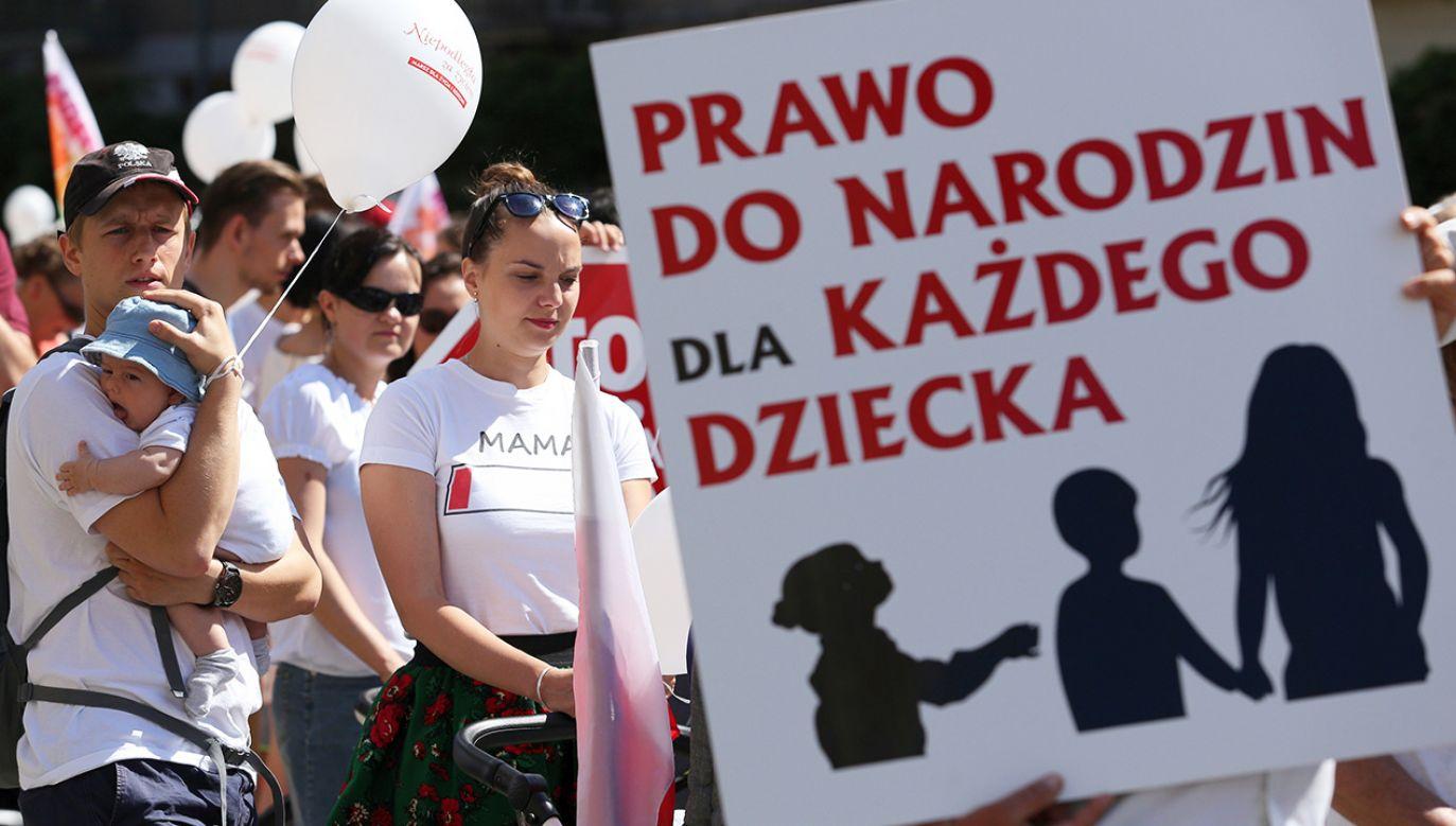 Zakazowi tzw. abrocji eugenicznej powino towarzyszyć zwiększenie pomocy dla rodzin opiekująych się chorymi dziećmi (fot. arch. PAP/Stanisław Rozpędzik)