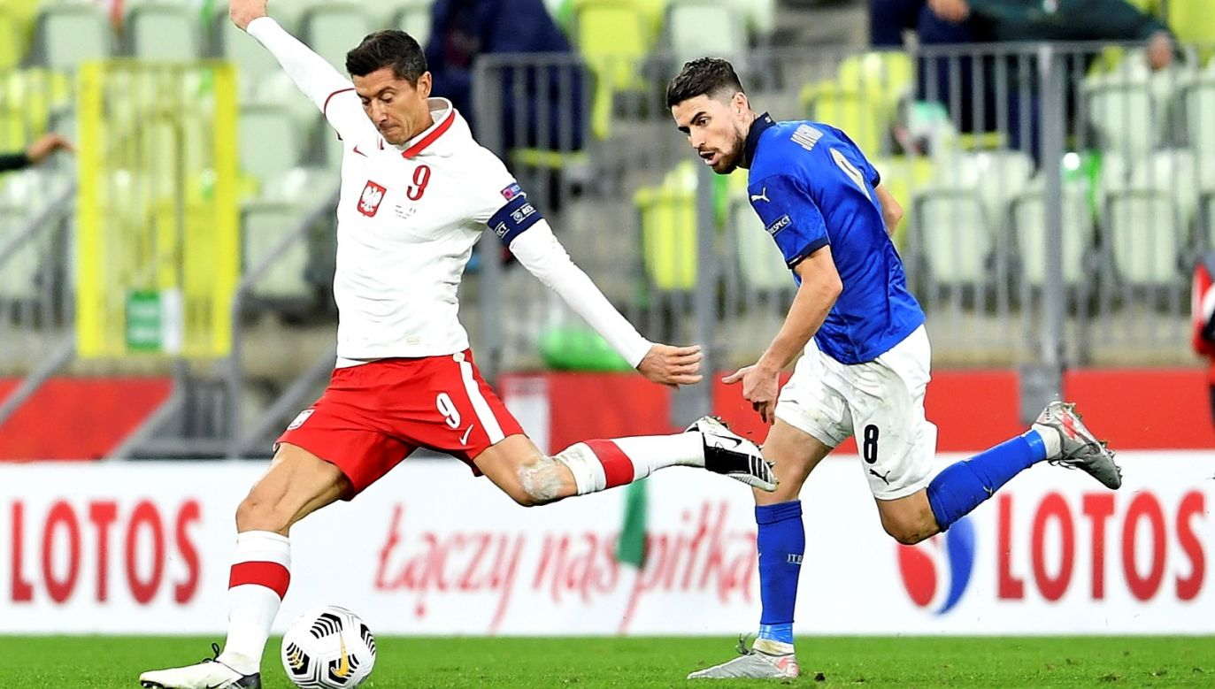 Robert Lewandowski (L) i Jorginho (P) z Włoch podczas meczu grupy A1 piłkarskiej Ligi Narodów (fot.   PAP/Adam Warżawa)