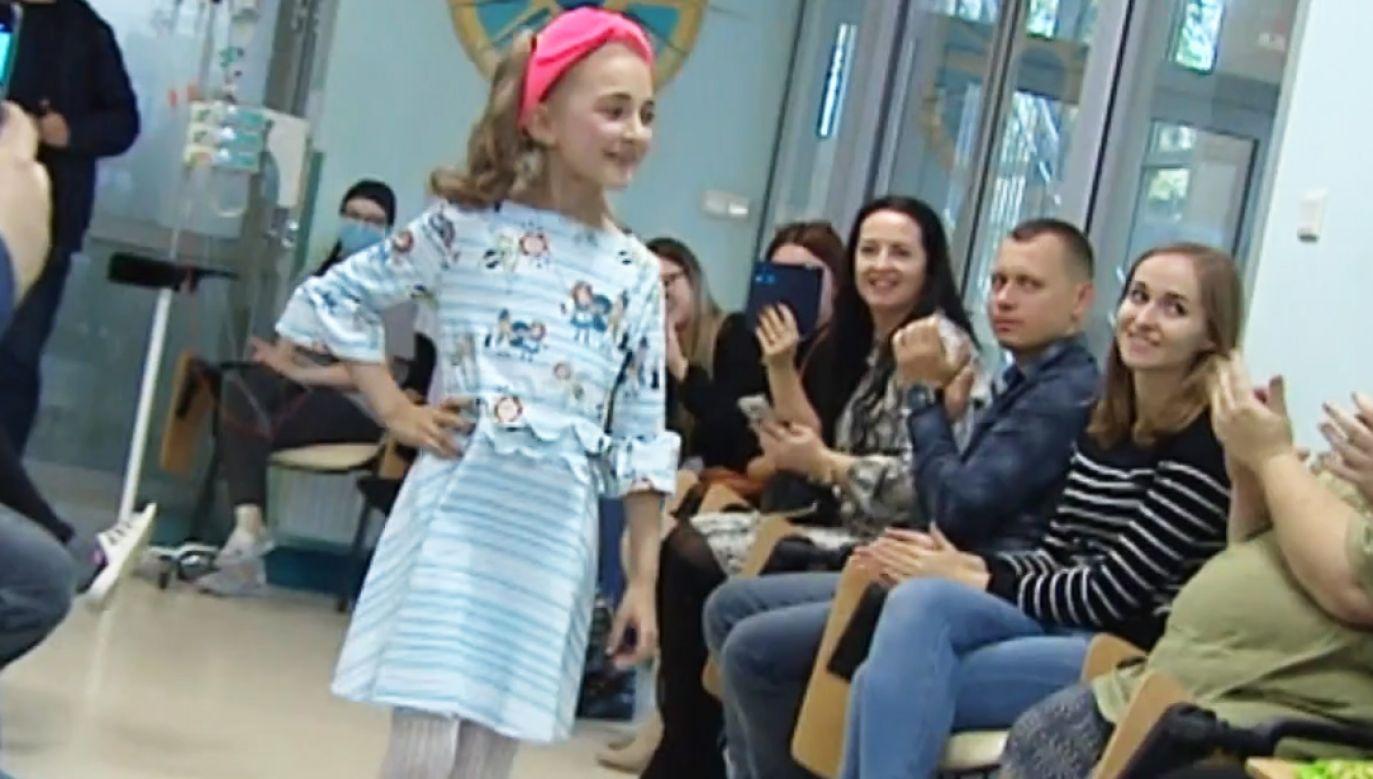 Szpitalny korytarz na kilka godzin stał się prawdziwym wybiegiem (fot. TVP Info)