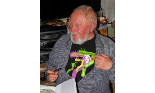 Spotkanie poety Adama Ziemianina w mieszkaniu Jacka Kruka na krakowskim Ruczaju w 2017 roku. Ma na sobie koszulkę z festiwalu upamiętniającego Wojciecha Belona. Fot. Jacek i Grażyna Kruk