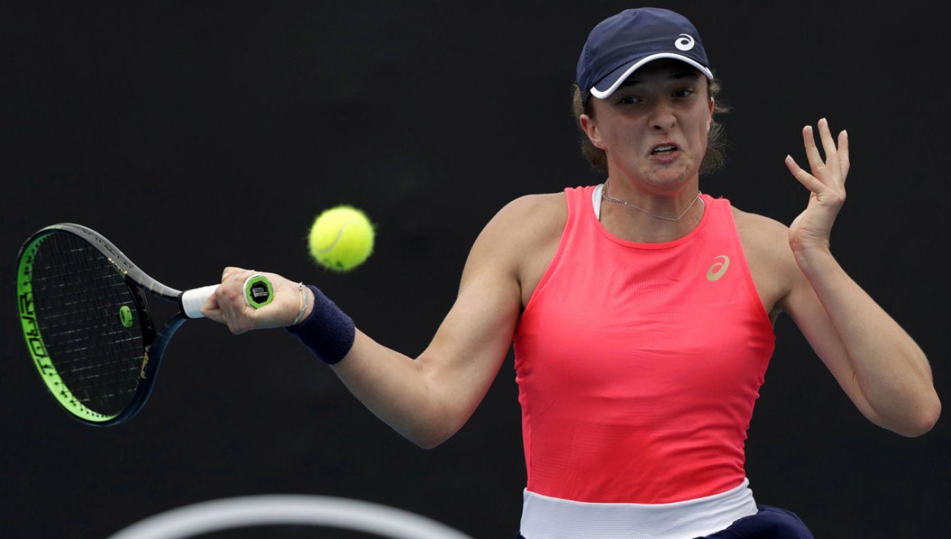 Iga Świątek w trakcie meczu z Węgierką Timeą Babos w pierwszej rundzie Australian Open (fot. EPA/LYNN BO BO Dostawca: PAP/EPA)