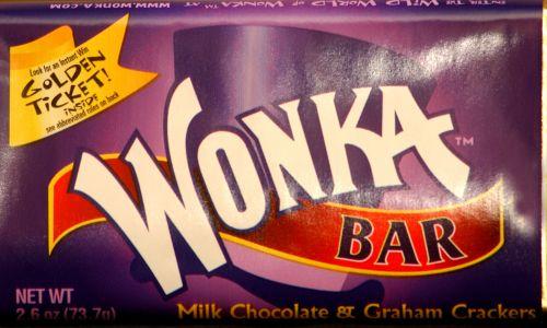 """Batonik czekoladowy Wonka wyprodukowany na 30-lecie filmu """"Willy Wonka i fabryka czekolady"""", 2001 r. Warner Bros. Studio Store w Nowym Jorku. Fot. Spencer Platt / Getty Images"""