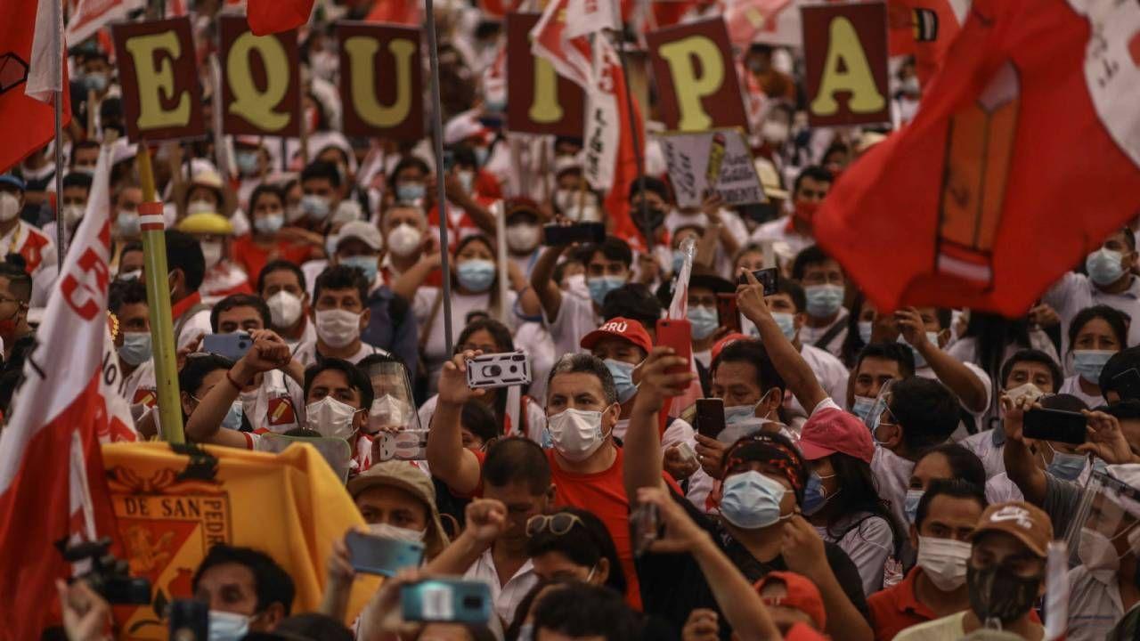 Przed niedzielnymi wyborami w Peru odbywały się liczne manifestacje (fot. PAP/EPA/Aldair Mejia)