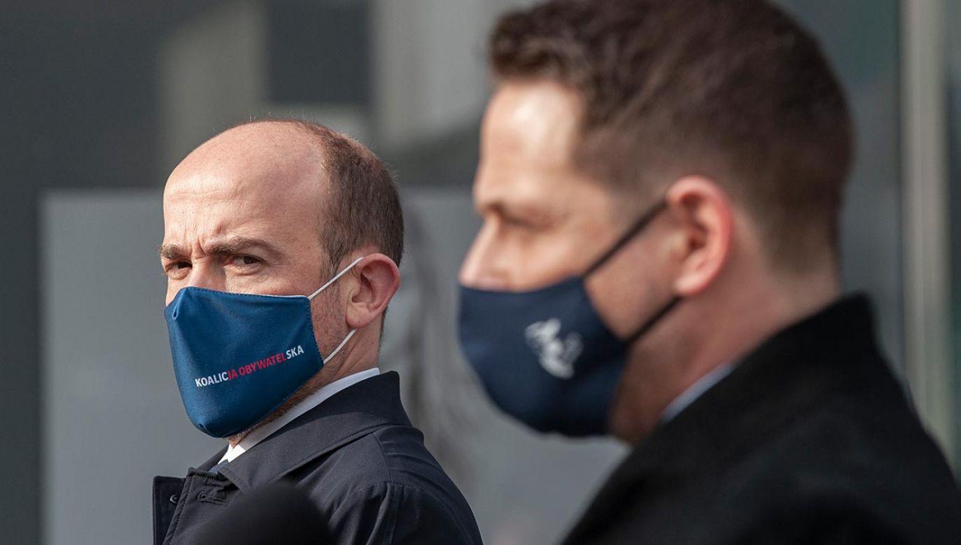 Szef PO Borys Budka i jego zastępca Rafał Trzaskowski podczas konferencji prasowej (fot. Forum/GRZEGORZ KRZYZEWSKI)