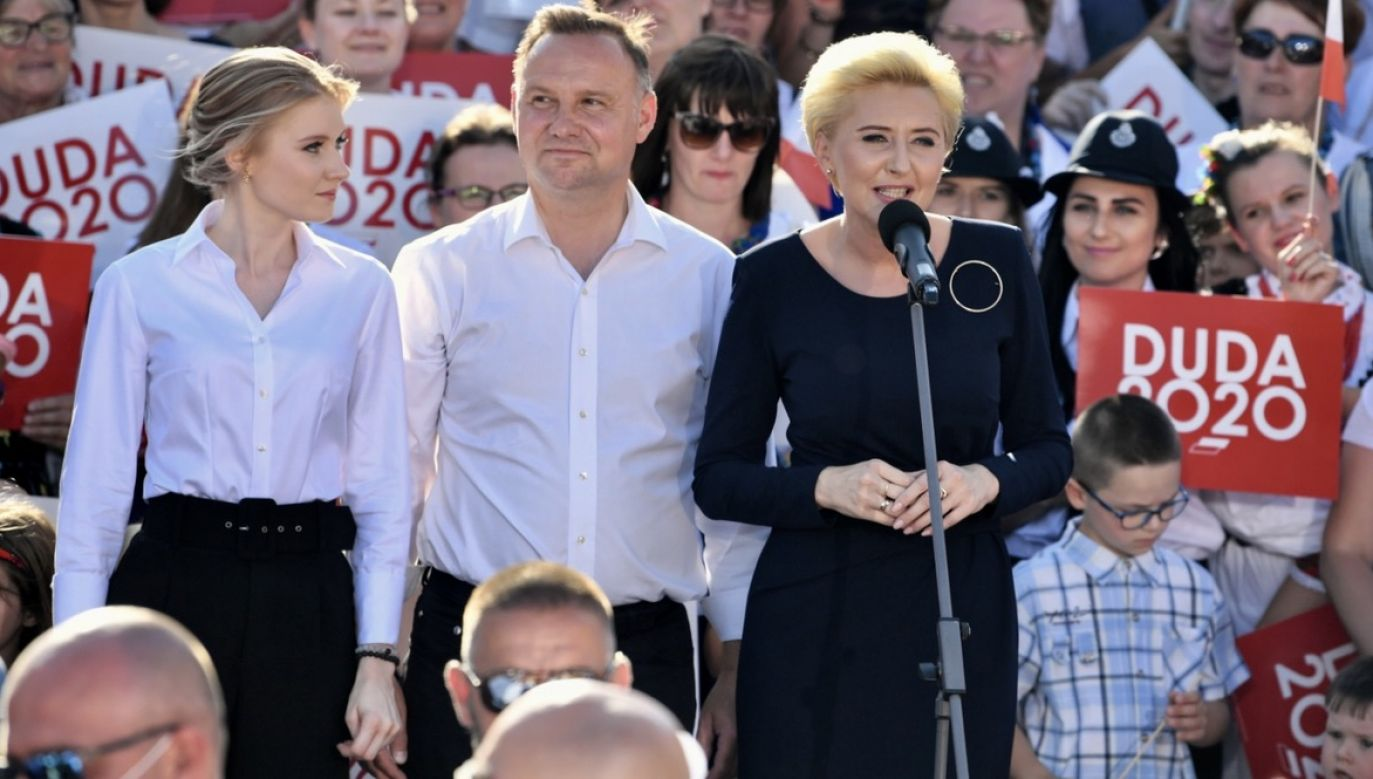 Podczas wizyty w Rzeszowie prezydentowi Andrzejowi Dudzie towarzyszyła żona Agata Kornhauser-Duda oraz ich córka – Kinga (fot. PAP/Darek Delmanowicz)