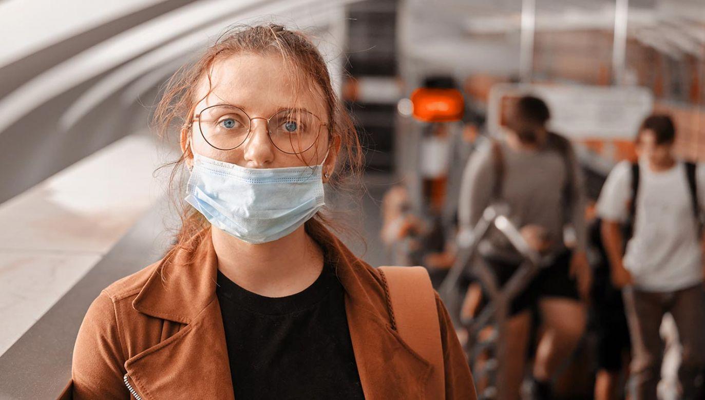 PRzepisy mówią o zasłanianiu ust i nosa (fot. Shuttestock/Zhuravlev Andrey)