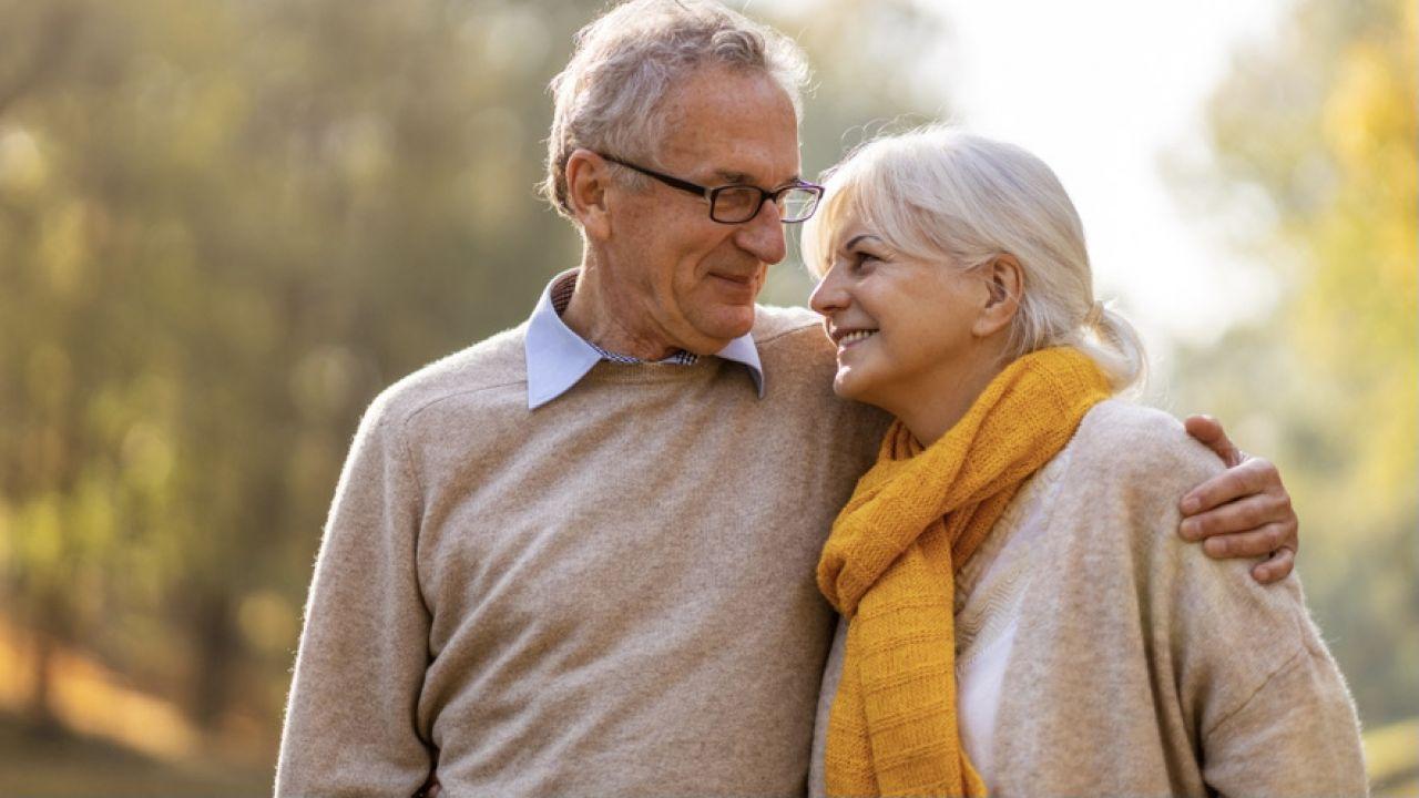 Emerytury i renty przyznane po 1 stycznia 2022 r. będą wpływać na konta bankowe (fot. Shutterstock)