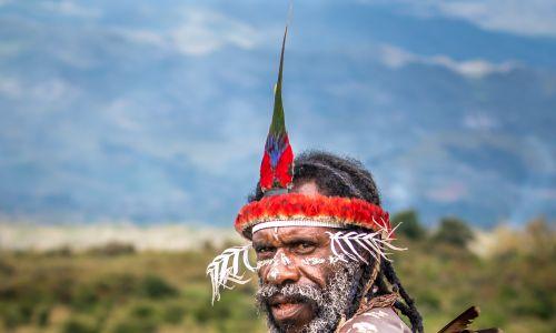 Indonezja, sierpień 2016 r. Wojownik Dani w zachodniej Nowej Gwinei. Na wyżynach żyje tam jednen z najbardziej odizolowanych plemion na świecie, odkryte przez amerykańskiego filantropa Richarda Archbolda po wyprawie w 1938 roku. Od połowy XX wieku plemię Dani stało się znane ze swoich wyjątkowych zwyczajów i silnego poczucia tożsamości. Plemię fotografował przez cztery dni Teh Han Lin z sąsiedniego Singapuru. Fot. Teh Han Lin / Barcroft Images / Barcroft Media via Getty Images