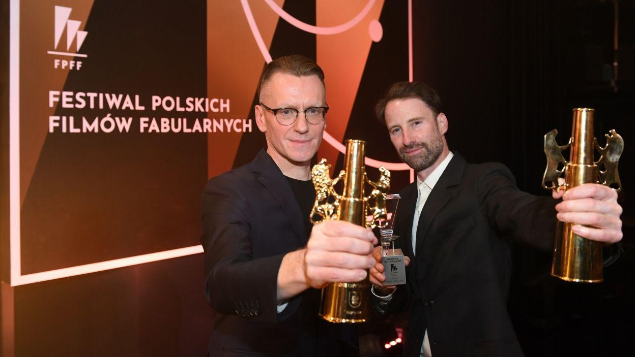 """Złote Lwy za film """"Wszystkie nasze strachy"""" odebrali Łukasz Ronduda i Łukasz Gutt (fot. PAP/Adam Warżawa)"""