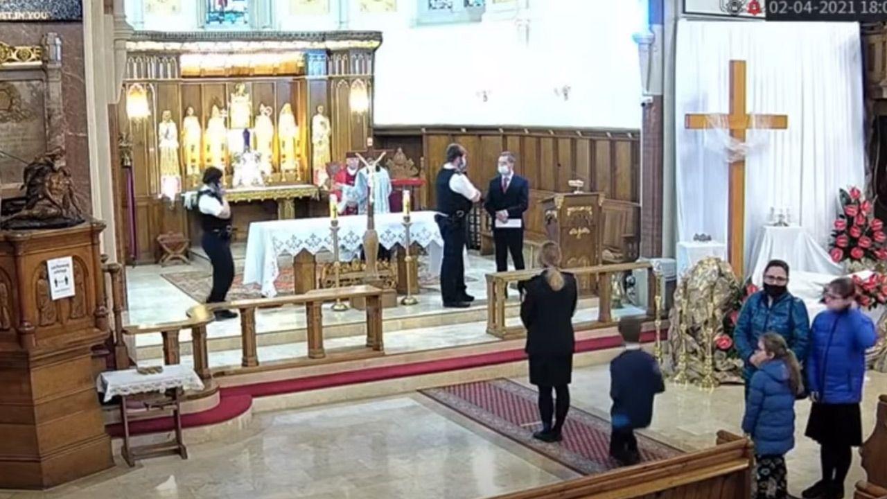 Zdaniem policji w kościele doszło do złamania zasad antycovidowych (fot. You Tube/Polish RC Church raided in Balham by Met)