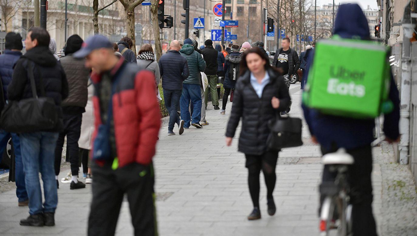 Kelnerzy przesiedli się na rowery i stali się dostawcami (fot. PAP/Marcin Obara)