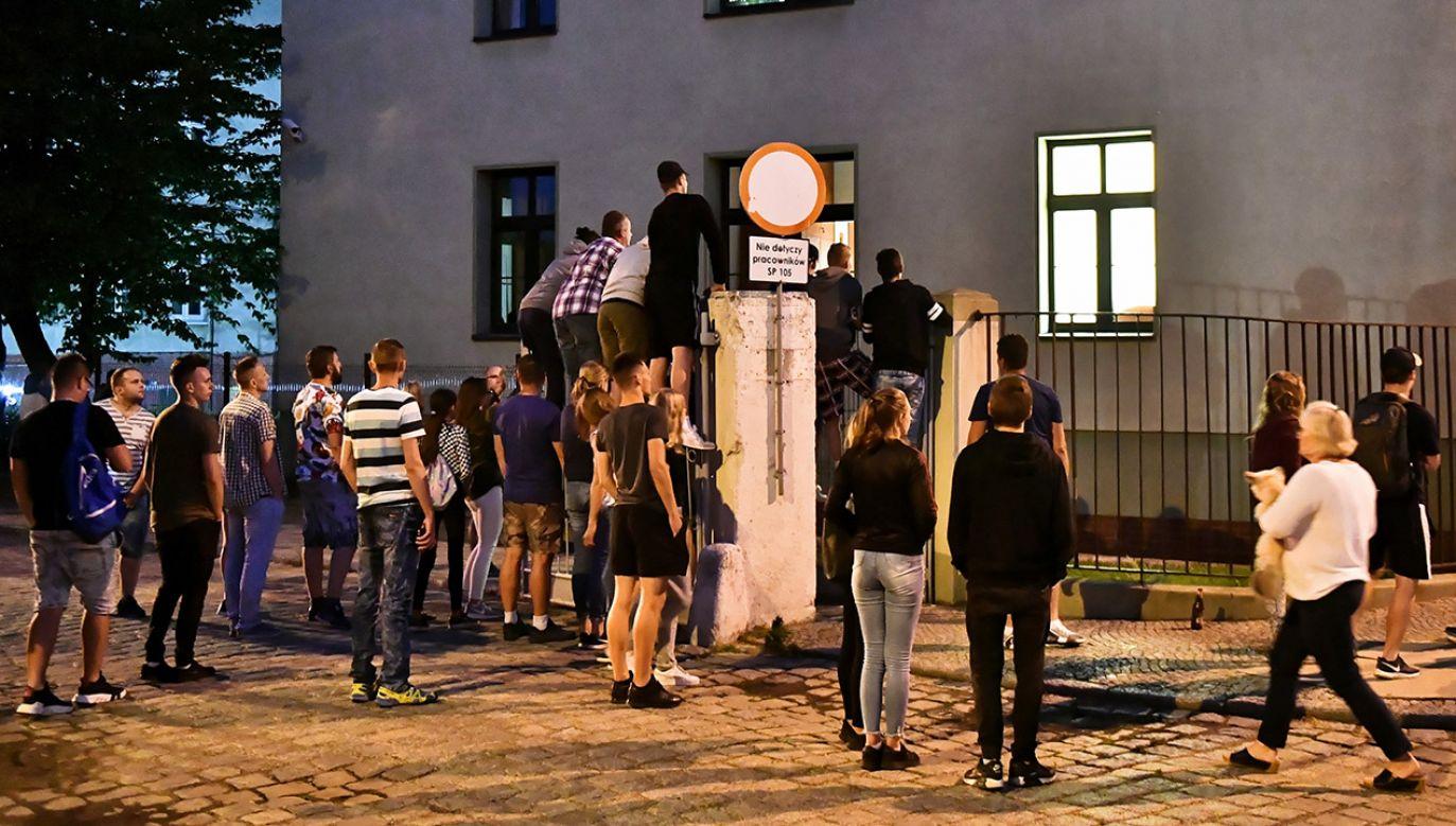 Ludzie zgromadzeni przed prokuraturą w Świdnicy, gdzie przesłuchiwano 22-latka oskarżonego o zamordowanie dziewczynki w Mrowinach (fot. PAP/Maciej Kulczyński)