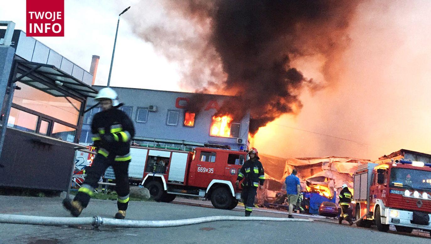 W początkowej fazie pożar gasiło 26 zastępów w tym 80 strażaków (fot. Twoje INFO)