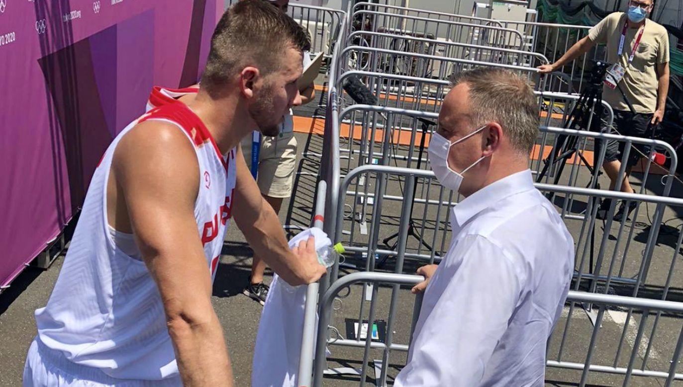 Prezydent Andrzej Duda znalazł czas, by dopingować polskich koszykarzy w Tokio (fot. tt/@PZKosz)