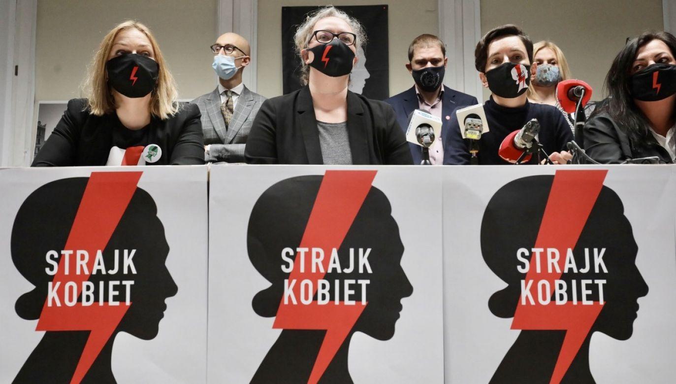 Jeśli zajrzeć do różnych zakątków internetu, ludzie śmiechem oswajają już nie tylko pandemię, ale i ikony Strajku Kobiet (fot. PAP/Paweł Supernak)