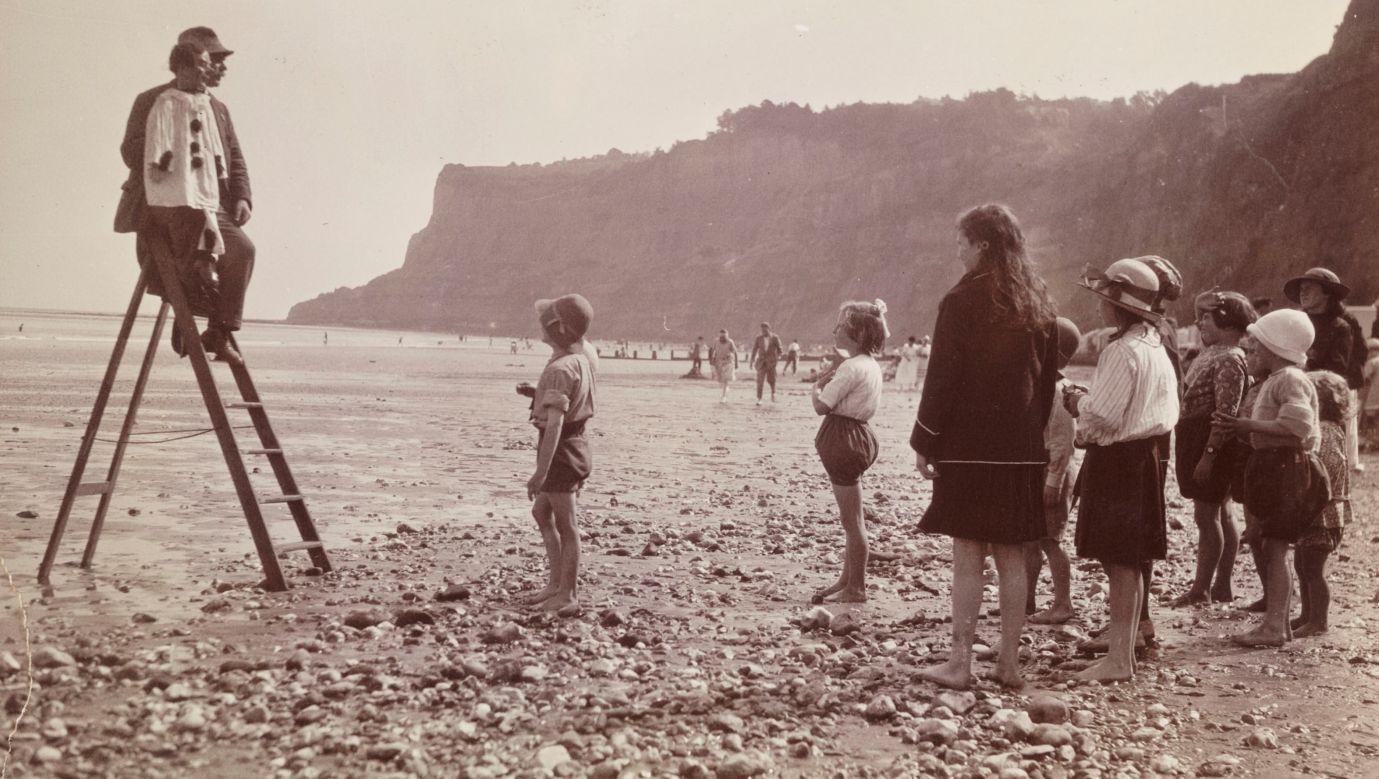 Brytyjscy wczasowicze na plaży w sierpniu 1920. Fot. SSPL / Getty Images
