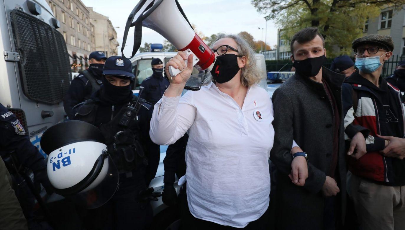 Jedna z liderek Ogólnopolskiego Strajku Kobiet Marta Lempart podczas protestu w okolicy Sejmu w Warszawie (fot.PAP/Paweł Supernak)